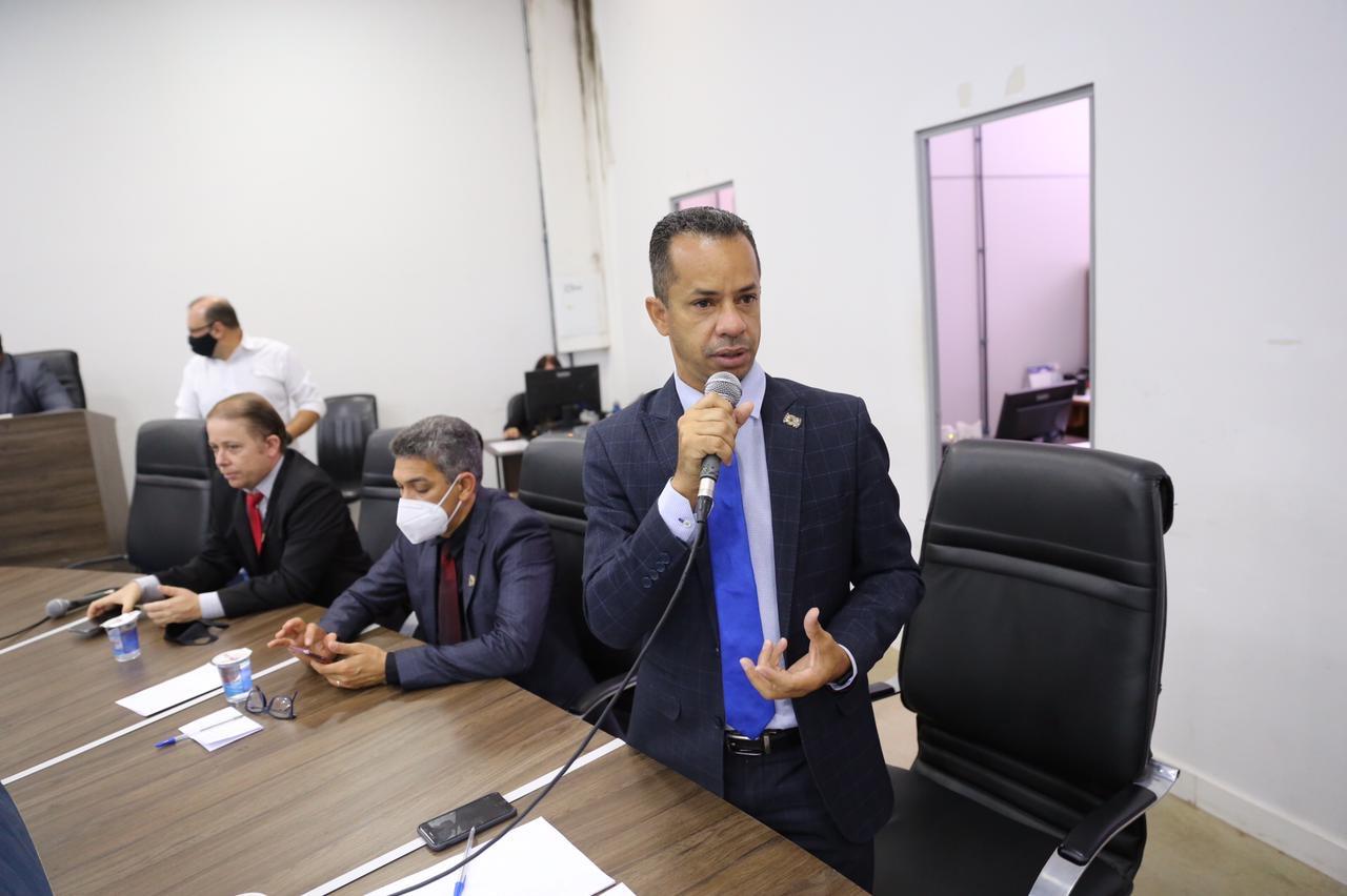 Vereador Isaac Martins solicita transpasso de ginásios esportivos