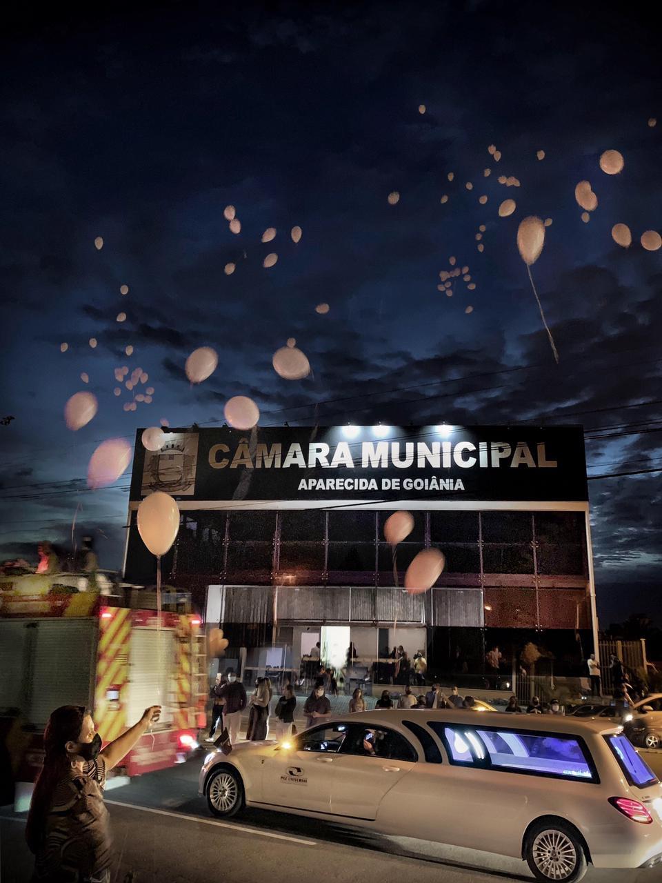 Cortejo de Léo Mendanha passa em frente a Câmara Municipal